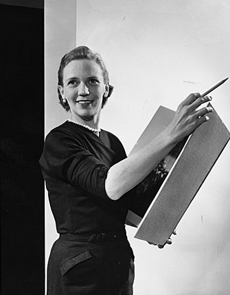 Aline Saarinen with art book, 1955. Aline and Eero Saarinen papers, Archives of American Art, Smithsonian Institution.